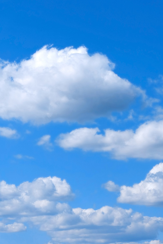 白い雲と明澄な心和む青空の写真画像