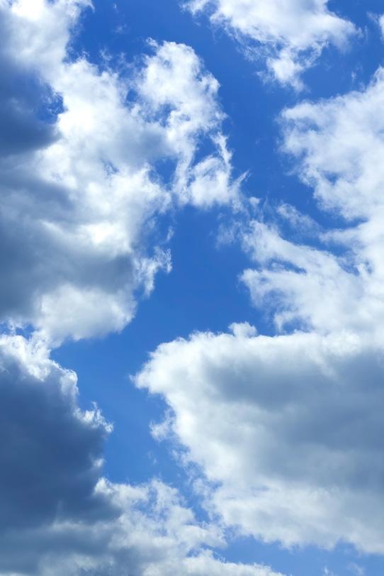割れた雲の間から見える青空の写真画像