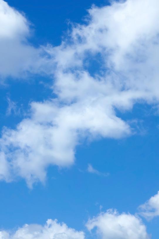 快然な青空に柔らかな雲の写真画像