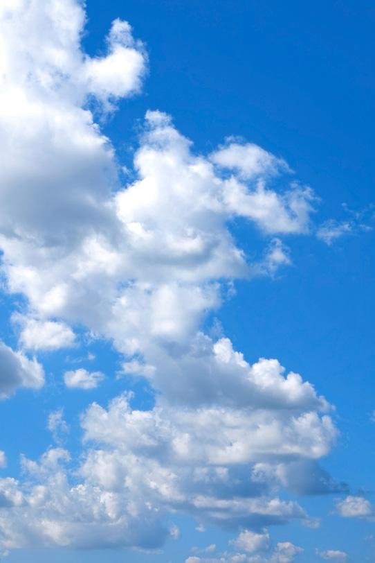 青空の遠くまで連なる雲の写真画像