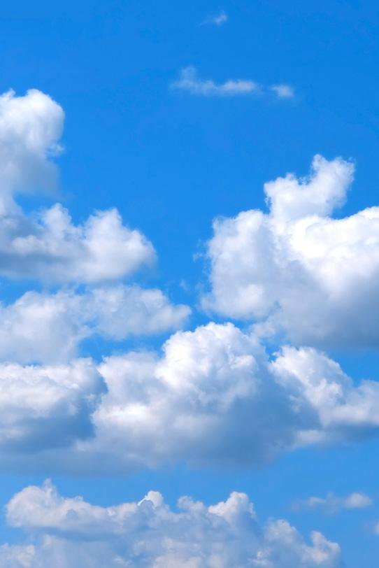 青空に浮かぶ綿菓子のような雲の写真画像