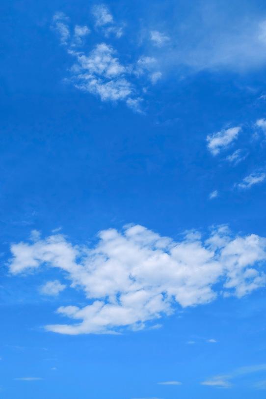 割れた雲が浮標する青空の写真画像