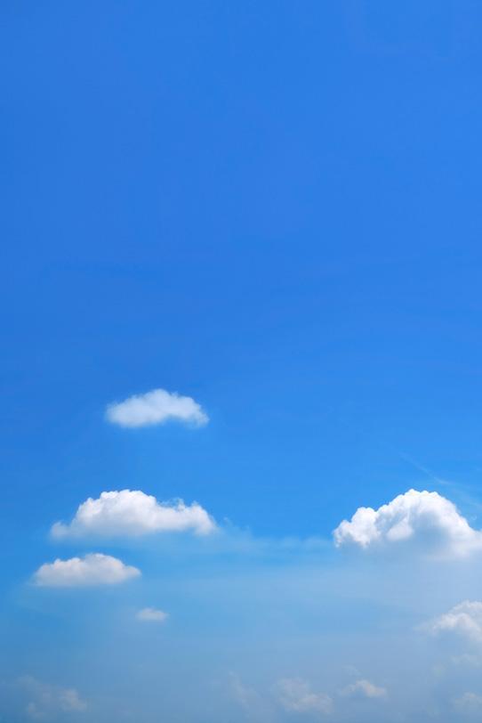 青空を漂うベール雲と積雲の写真画像