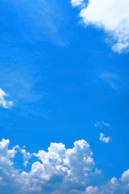 夏の青空の下を這う積乱雲の写真画像