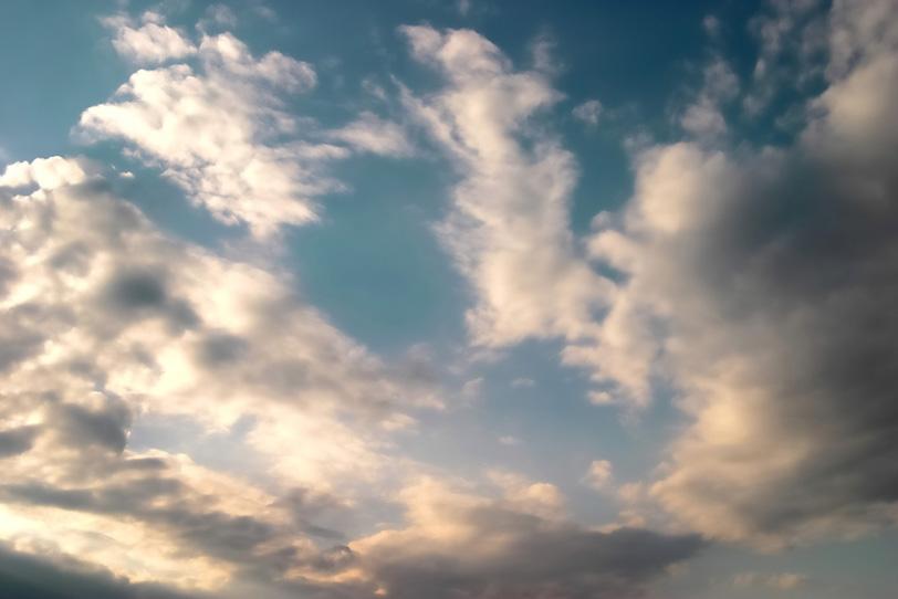 雄大な雲が輝く夕焼けの始まりの写真画像