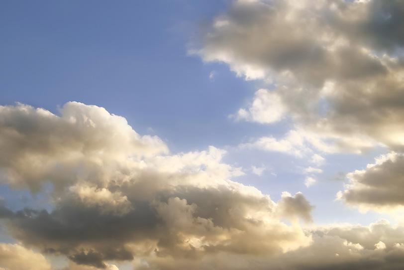 金色に輝く雲と薄い青空の写真画像