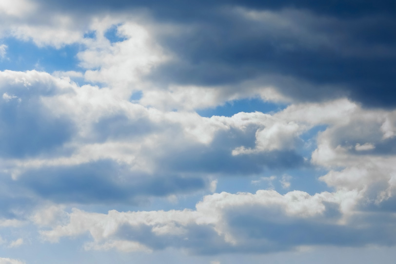 層積雲から垣間見る青空の写真画像