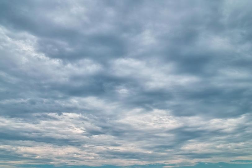 乱層雲が遥かに続く曇空の写真画像