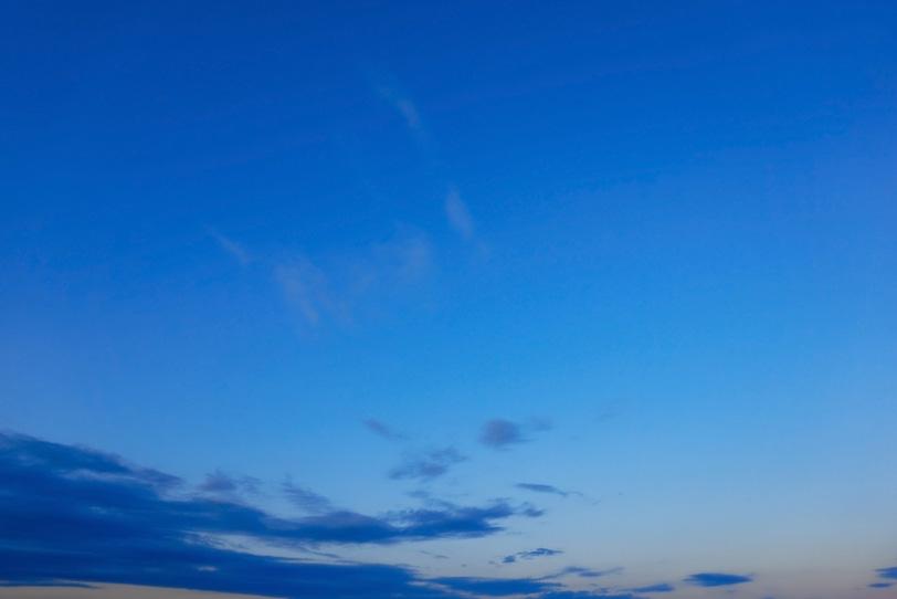 早朝の澄み切った青い空の写真画像
