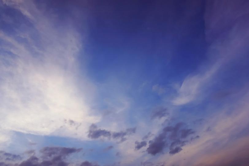しらす雲が淡く染まる夜明けの空の写真画像