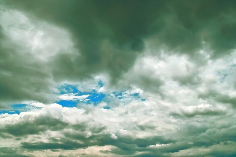 叢雲の隙間の鮮やかな青空の写真画像