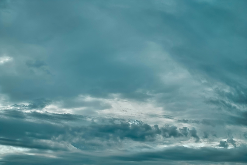 青みがかった雲が覆う空の写真画像