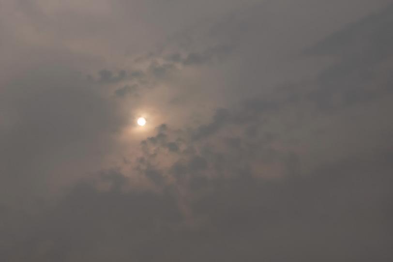 太陽の光が滲む灰色の空の写真画像