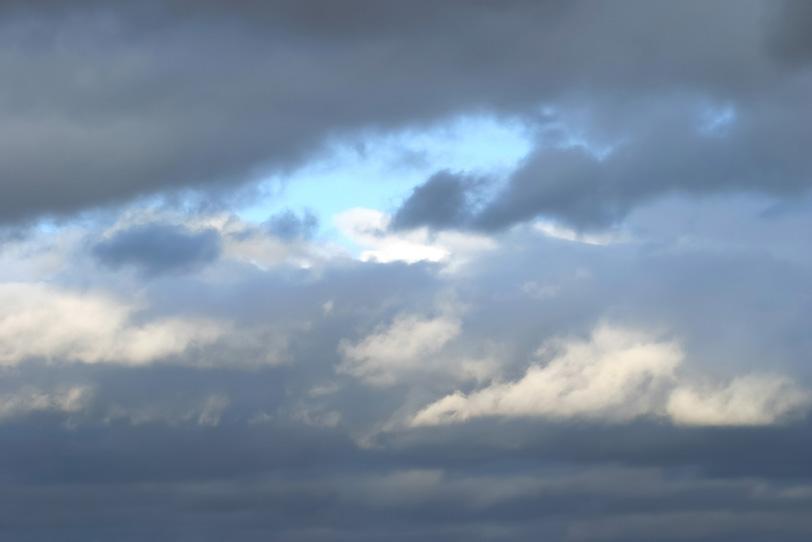 厚い乱層雲に見える僅かな青空の写真画像