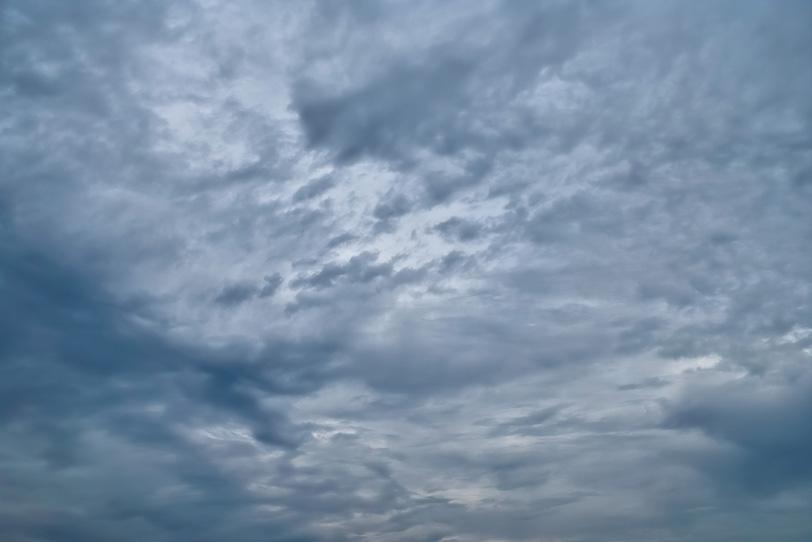 灰色の雲が空一面を覆うの写真画像