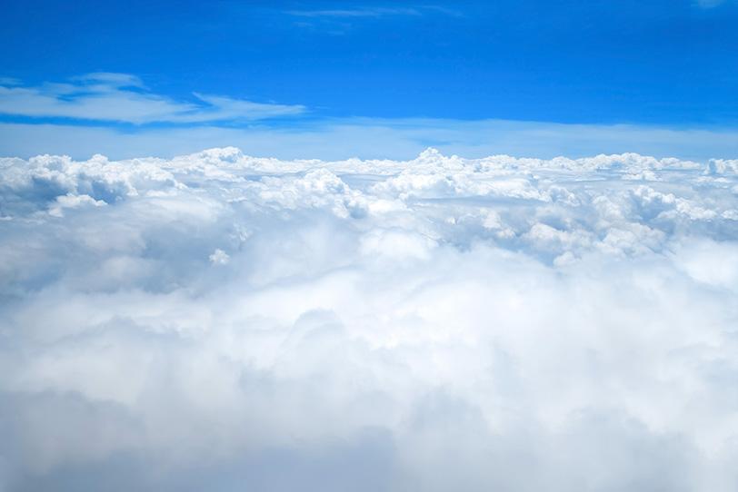 雲上の吸い込まれるような青空の写真画像