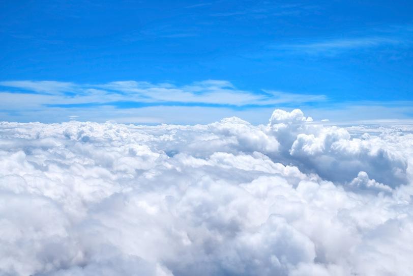 上空の青空と漠漠たる白い雲の写真画像