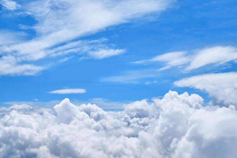 層積雲が湧き上る上空の青空の写真画像