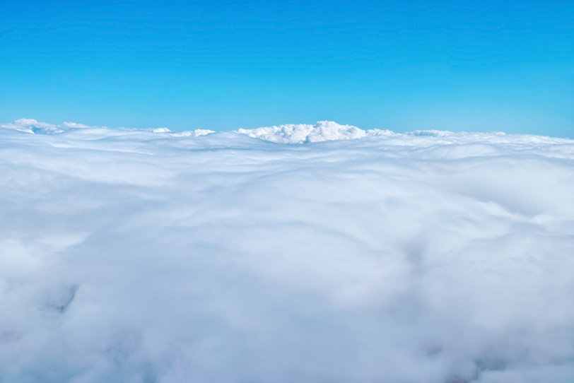上空の見渡す限りの雲と青空の写真画像