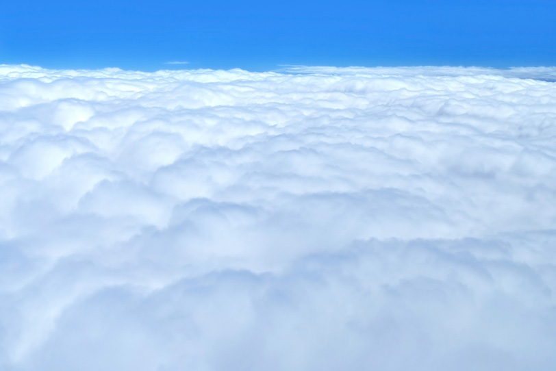 雲の上の透き通った青空の写真画像