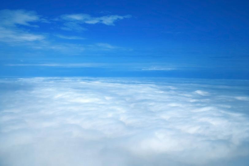 青空と渺茫たる白雲の大地の写真画像
