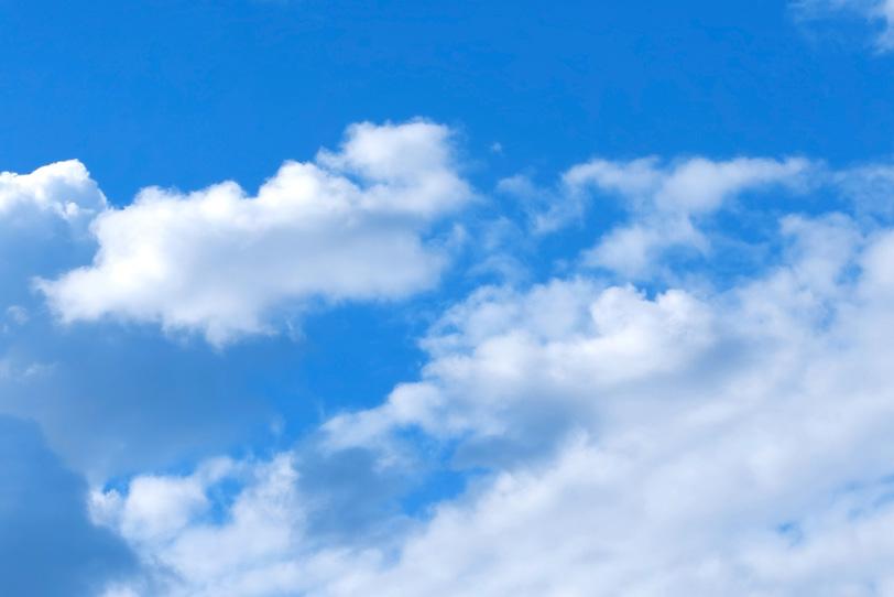 白雲が靡く気持ちのいい青空の写真画像