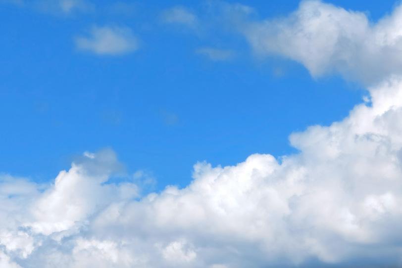 青空に横たわる白い大きな雲の写真画像