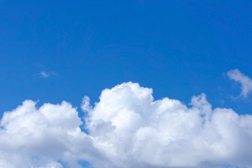 白い雲が横たわる紺色の青空の写真画像
