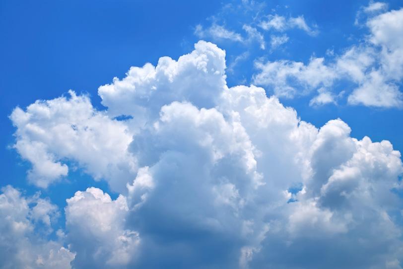 青空に湧き広がる白い雲の写真画像