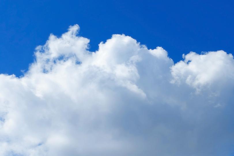 大きな白い雲と涼やかな青空の写真画像