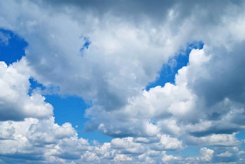 層積雲が連なる隙間の青空の写真画像
