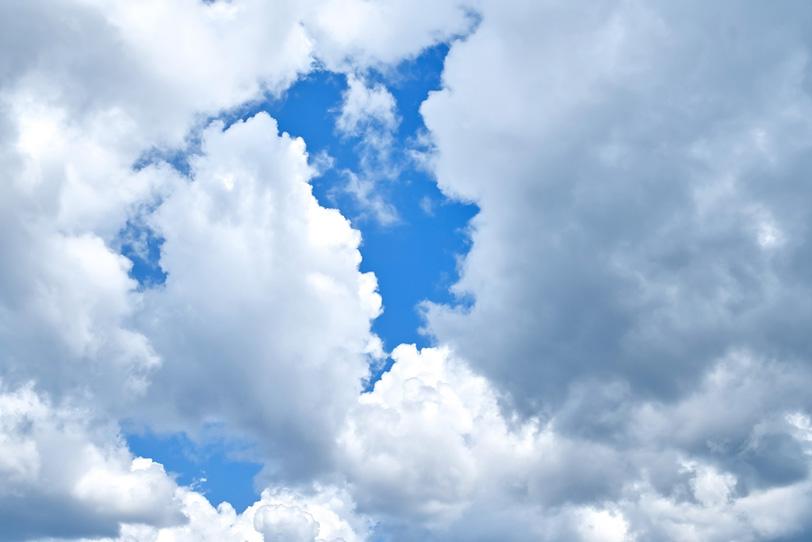 青空を覆うモクモクとした雲の写真画像