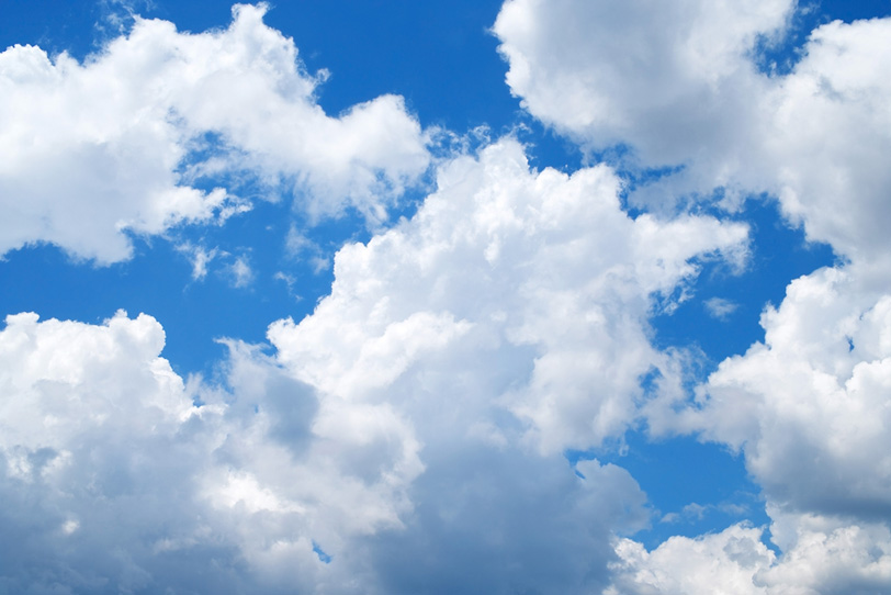 青空に張る沢山の白い雲の写真画像