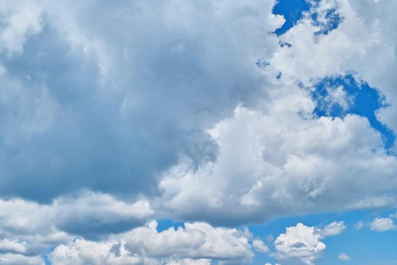 青空に群れをなして移動する雲の写真画像