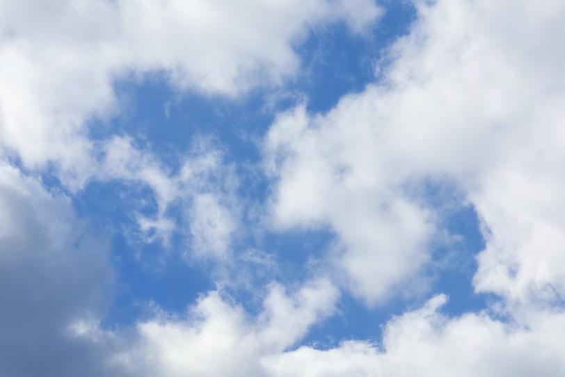 雲の間から見える清爽な青空の写真画像