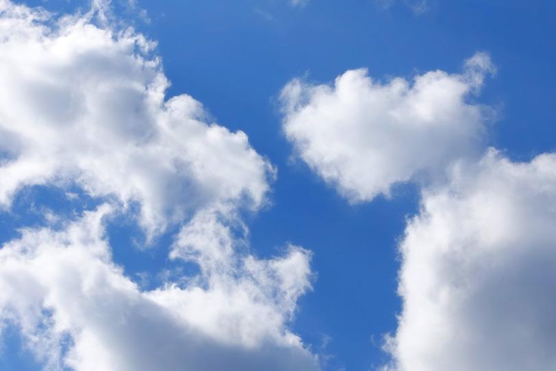ロイヤルブルーの青空と白い雲の写真画像