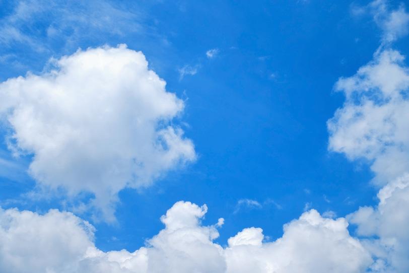 丸まった雲と色鮮やかな青空の写真画像