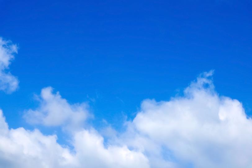 透明感のある青空を流れる雲の写真画像