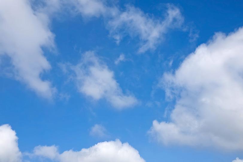 青空にふわふわと漂う雲の写真画像