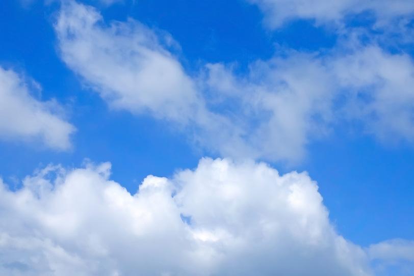 もつれ雲と積雲が浮かぶ青空の写真画像
