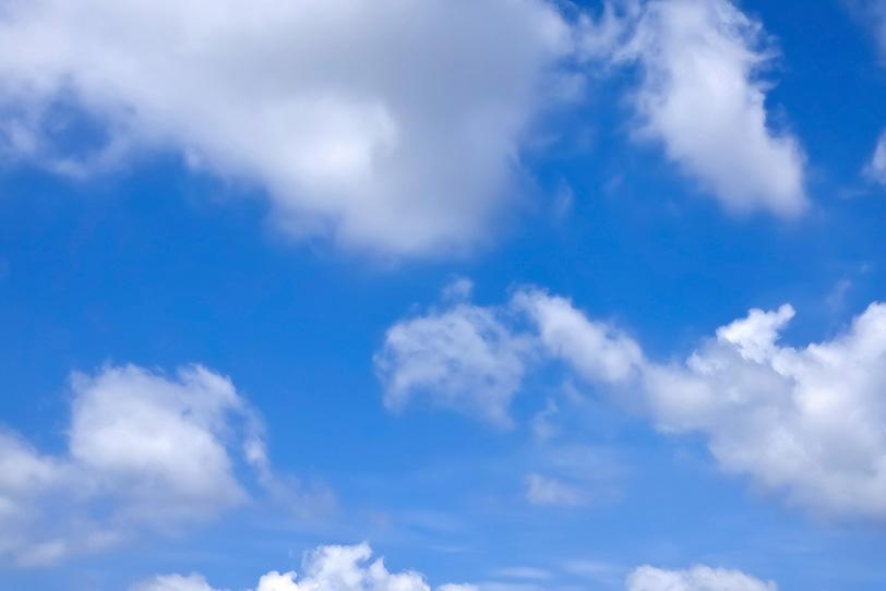 青空と賑やかな雲の写真画像