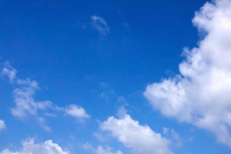 断雲が宙を舞う清々しい青空の写真画像