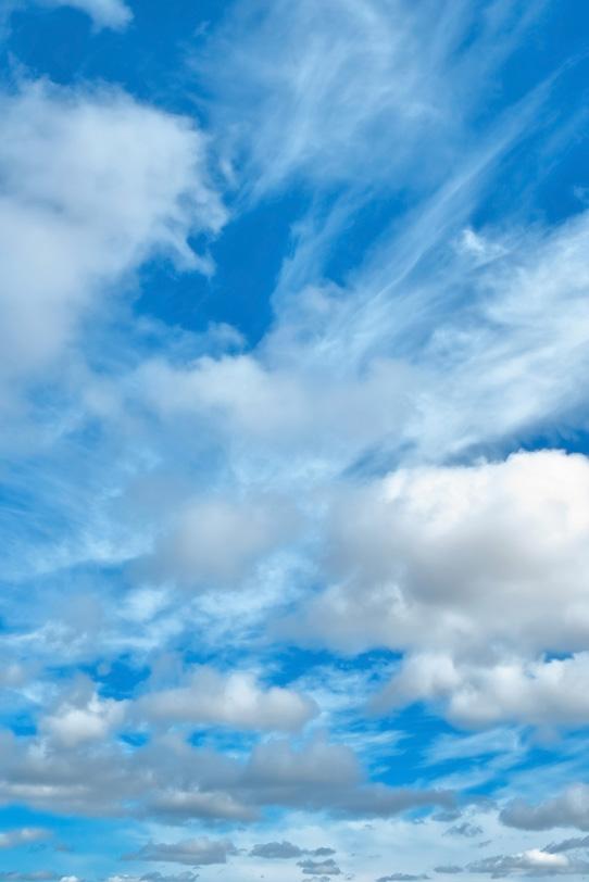 秋の澄み切った青空と数々の雲の写真画像