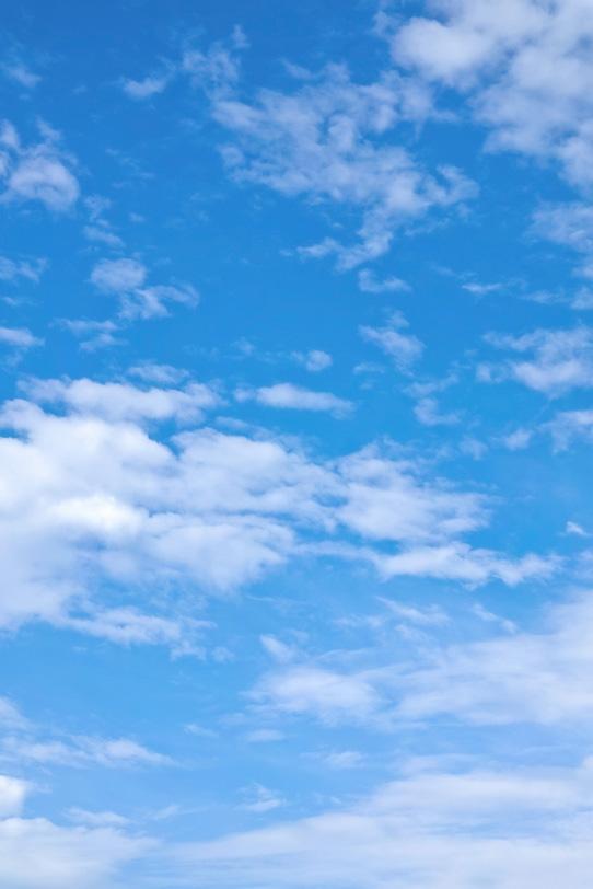 白小雲が浮かぶ透徹した青空の写真画像