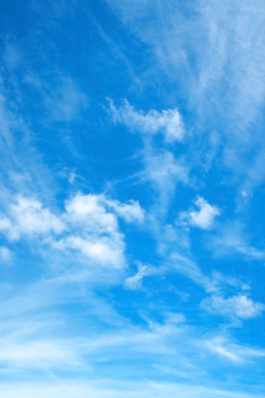 巻雲が四方八方に広がる青空の写真画像