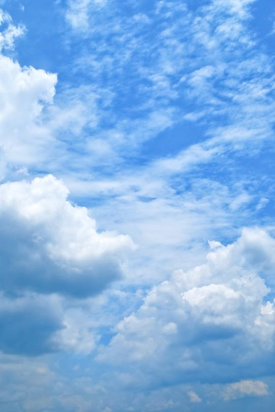 雄大な雲が風に流される青空の写真画像