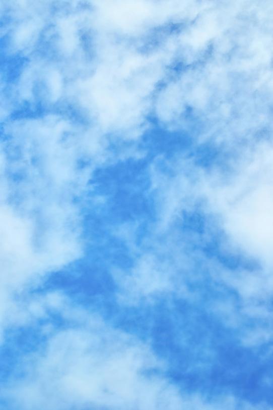 薄い雲が青空を斑に染めるの写真画像