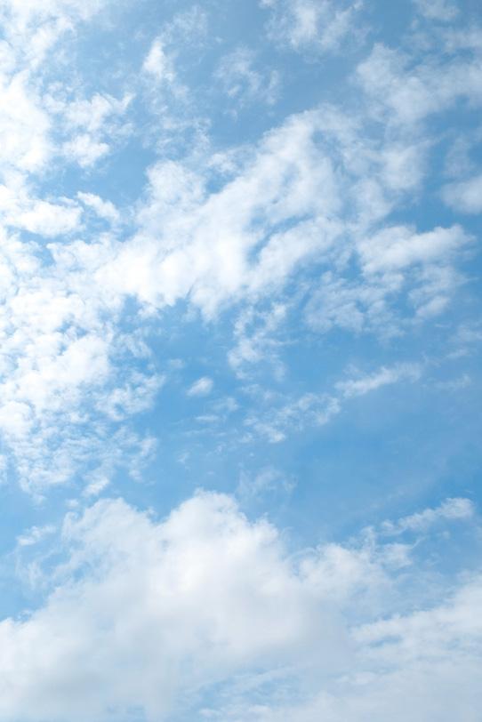 断片雲が浮かぶ薄い青空の写真画像
