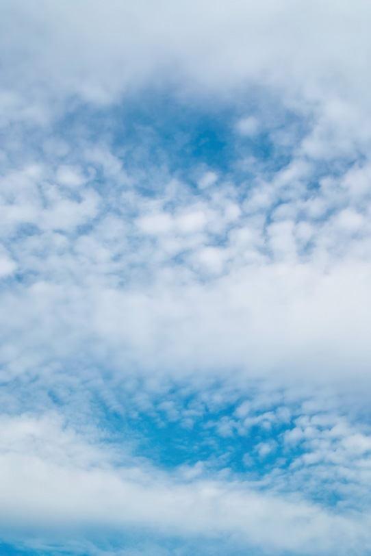青空に広がる高積雲と層雲の写真画像