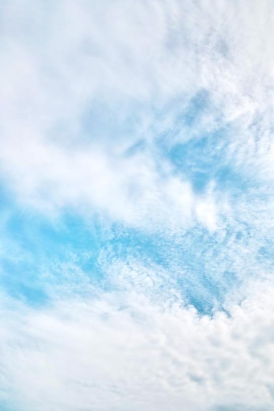 青空に吸い込まれていく白い雲の写真画像